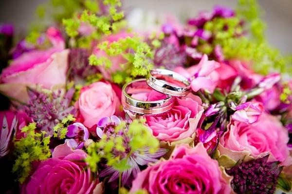 花言葉や花色で結婚式の花選び・送るマナー